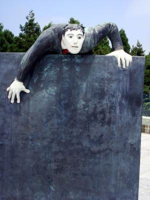「壁をよじ登る男」