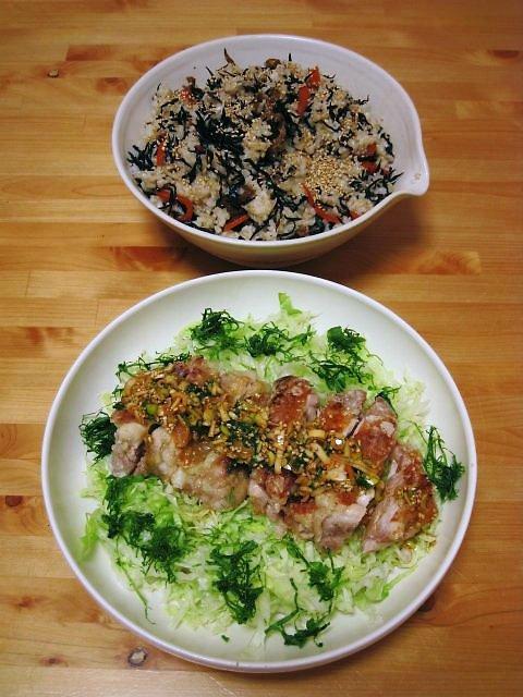 蒸し鶏のパリパリ焼きサラダ・ひじき煮の混ぜ寿司
