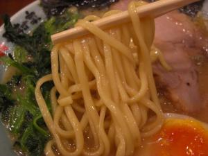 09070420田村家・味玉らーめん 麺アップ