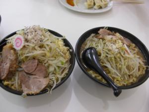 09071713成都・なると麺 ㊧全増し ㊨標準