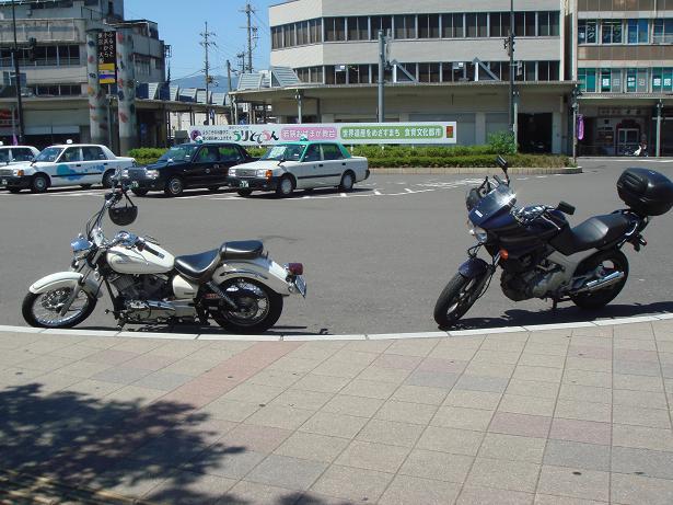 小浜駅前にて