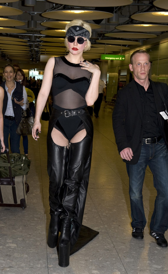 lady-gaga-heathrow-01.jpg