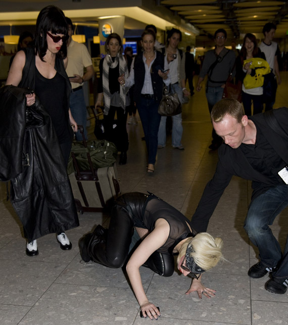 lady-gaga-heathrow-02.jpg