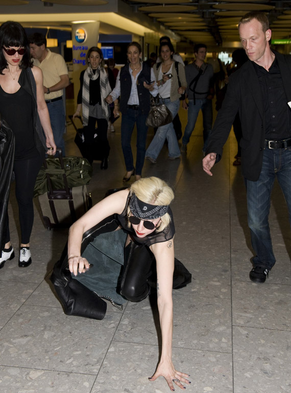 lady-gaga-heathrow-04.jpg