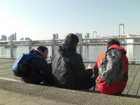 水上バス待ちの3人