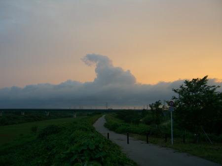 加治川堤防の夕日と雲-200907