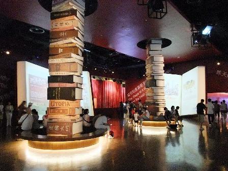 写真5:巨大書籍の展示