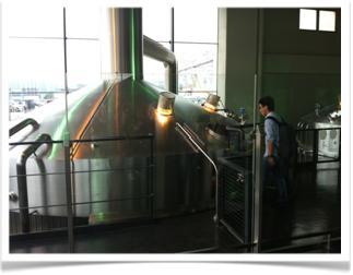 図1. サントリー武蔵野工場にて(仕込室)<筆者撮影>