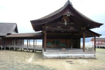 厳島神社内の能舞台♪