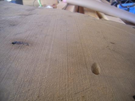 欅の板が椅子になる 02 バンドソーの鋸目