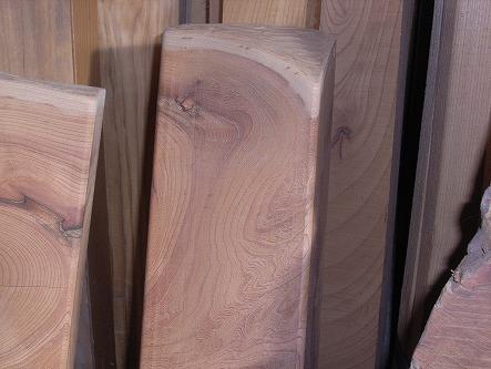 欅の板が椅子になる 08 皮の所は流木のあの丸味を・・・