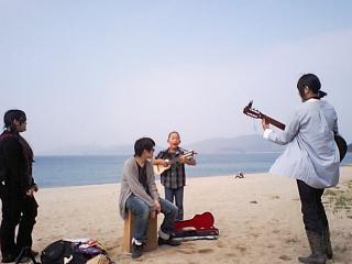 浜辺でリハーサル中