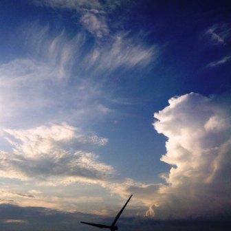 夏の夕べの空の雲