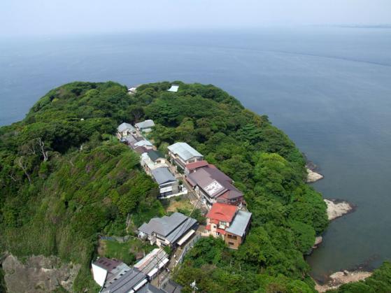 江ノ島灯台の展望台から眺めた景色(江ノ島岩屋、伊豆半島方面)