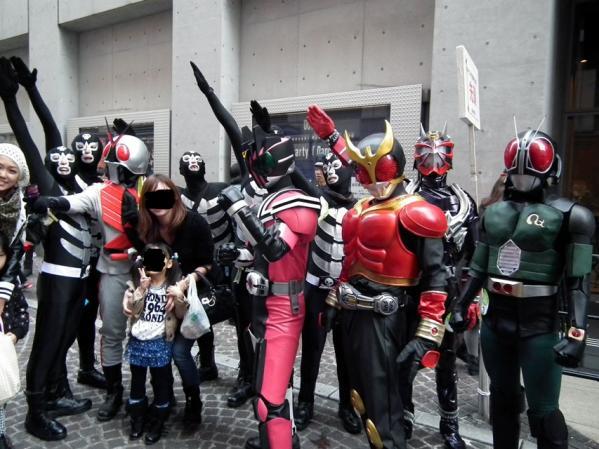 仮面ライダーとショッカー戦闘員が仲良く写真撮影