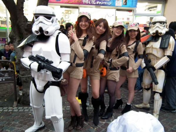 スターウォーズの戦闘員と4名の女性達