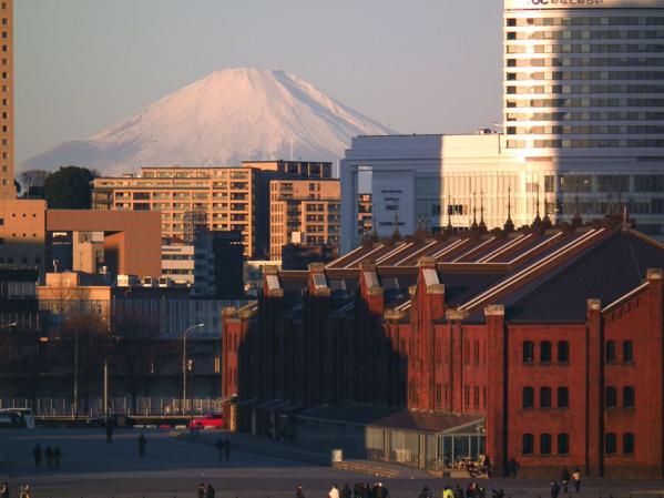 大さん橋国際旅客ターミナル デッキ(通称:くじらの背中)で見た富士山と赤レンガ倉庫(1)