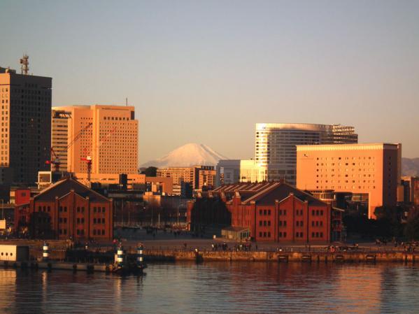大さん橋国際旅客ターミナル デッキ(通称:くじらの背中)で見た富士山と赤レンガ倉庫(2)