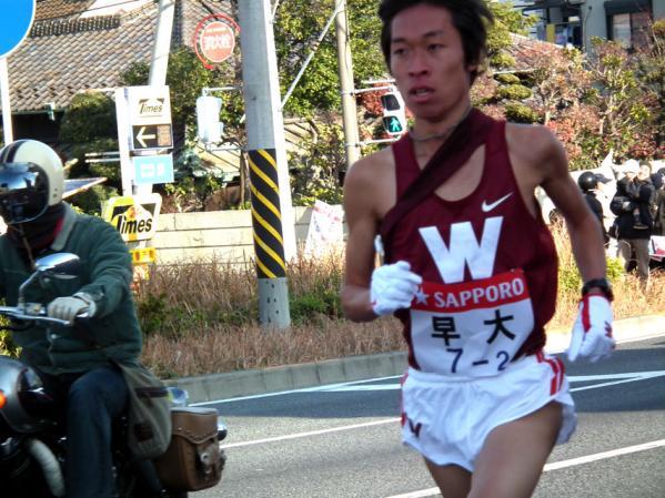 2010箱根駅伝 トップを走る早大、平賀翔太選手