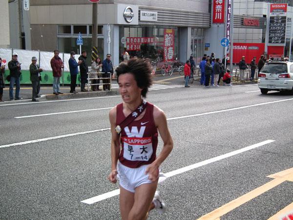 先頭を走る早大・八木勇樹選手