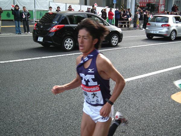 追い付こうと懸命に走る明大・細川勇介選手の走り