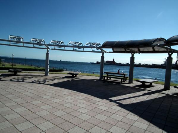 東扇島西公園の展望ベンチ ここで仮眠出来ちゃう?