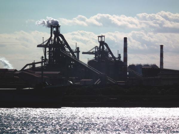 東扇島西公園には、「工場萌え」的なこんな風景が見える場所もある