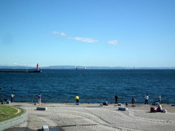 東扇島西公園の展望台から東京湾を望む