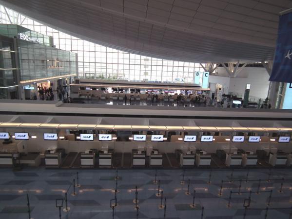 ガラガラの国際線ターミナル 出発ロビーのフロント