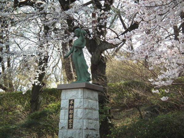 多摩川台公園 平和都市宣言像と桜