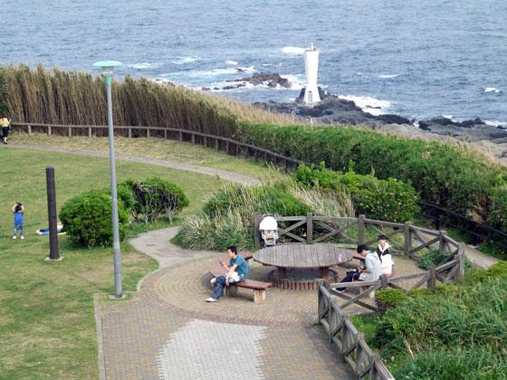 城ヶ島公園の展望台からの眺め。この円形テーブルでVHF DXをやりました