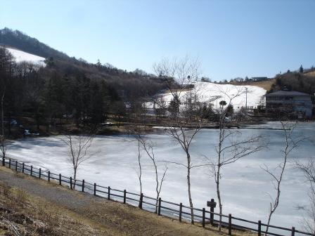 スキー場と凍った池