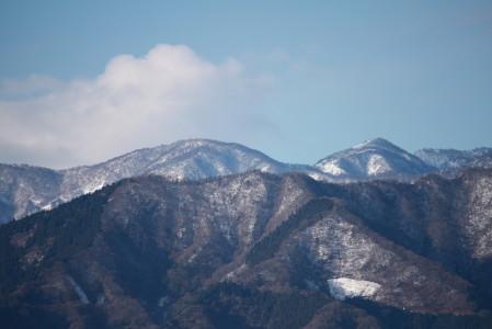 雨上がりの朝山には雪が・・・