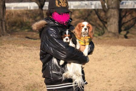 ライフパパさんに抱っこしてもらっているチャコ&エリー