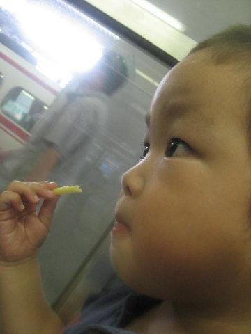 お菓子食べ食べ(^-;^)