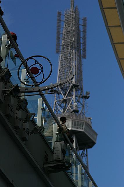 見上げれば 空にくっきり テレビ塔