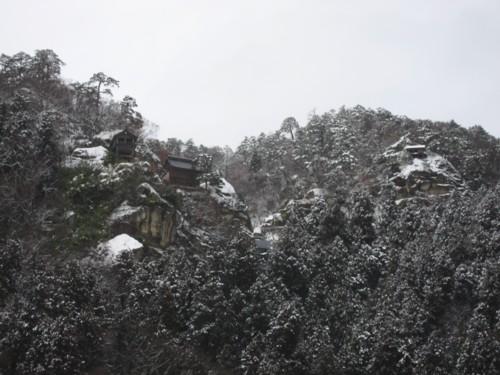雪の山寺全景
