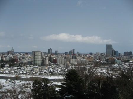伊達政宗像が見下ろす仙台市内