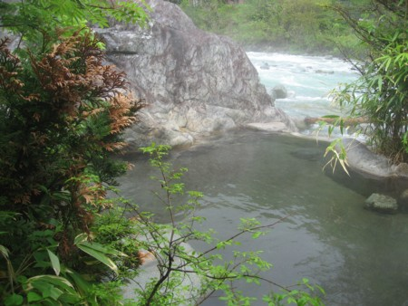 槍見館 川沿いの露天風呂