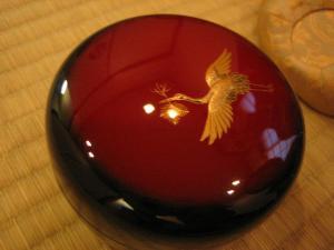 こちらも松喰い鶴。黒と赤に金色が映えます