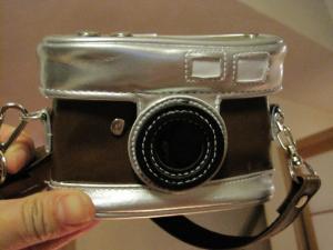 カメラ型カメラケース、ぽちっと押すところもついている。