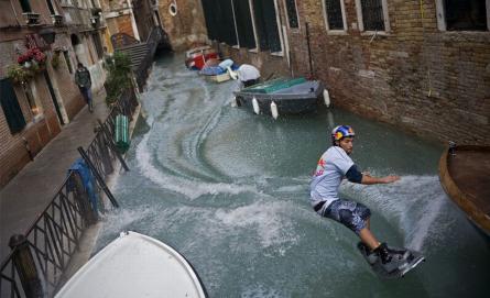 水路で水上スキー