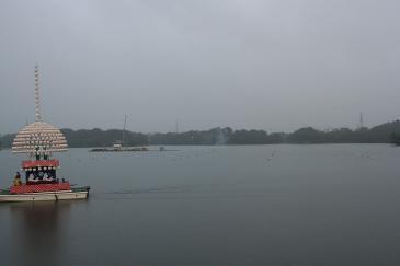 三好池まつり 始まる前に池と屋形船