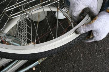 自転車 タイヤ交換 外側タイヤをリムに入れる