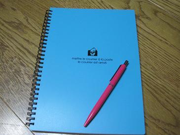 1005青いノートとピンクのペン