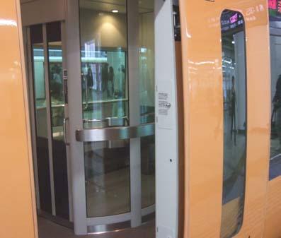 20101021 新幹線喫煙所 009 近鉄車内 14cm