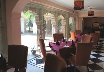 20101205 Usha Kiran Palace レストラン 12cmDSC00979
