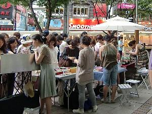 若い子がたくさん。バッグや靴、絵画や小物などいろいろなものが並ぶ