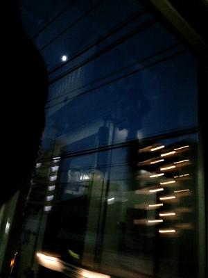 電車から外を見る。