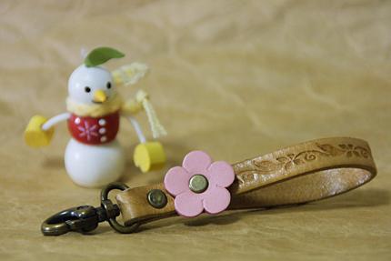 お花と革のキーホルダー